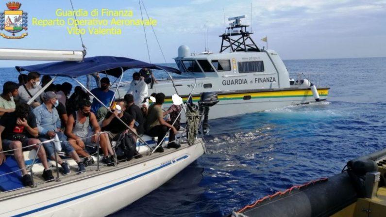 Due imbarcazioni bloccate al largo di Crotone, giunti 127 migranti. Presi 4 scafisti