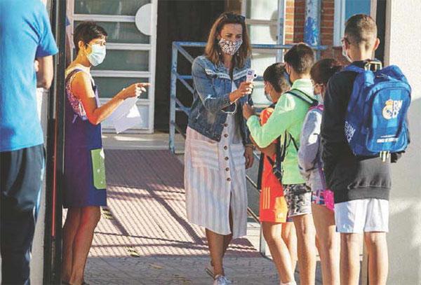 Vaccini davanti alle scuole