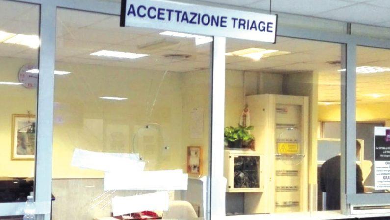 All'ospedale di Lamezia una donna aspetta due giorni sulla sedia a rotelle prima di avere una sistemazione