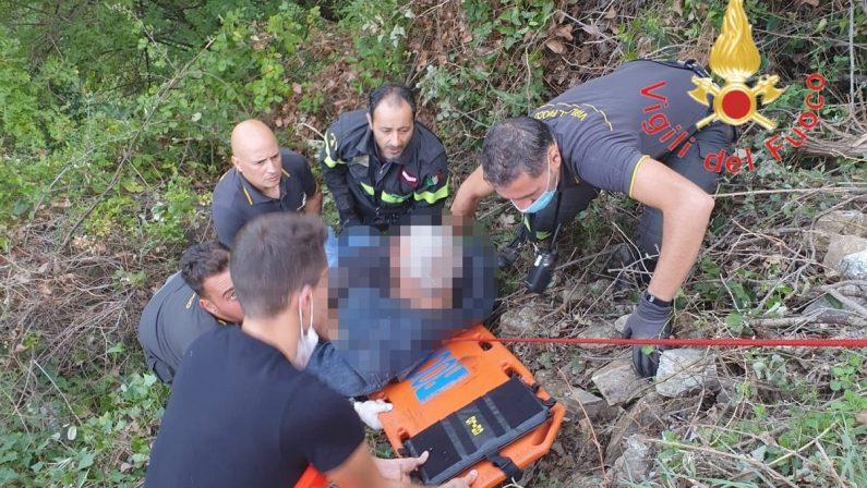 Cade in un dirupo per una ventina metri, salvato nel Catanzarese
