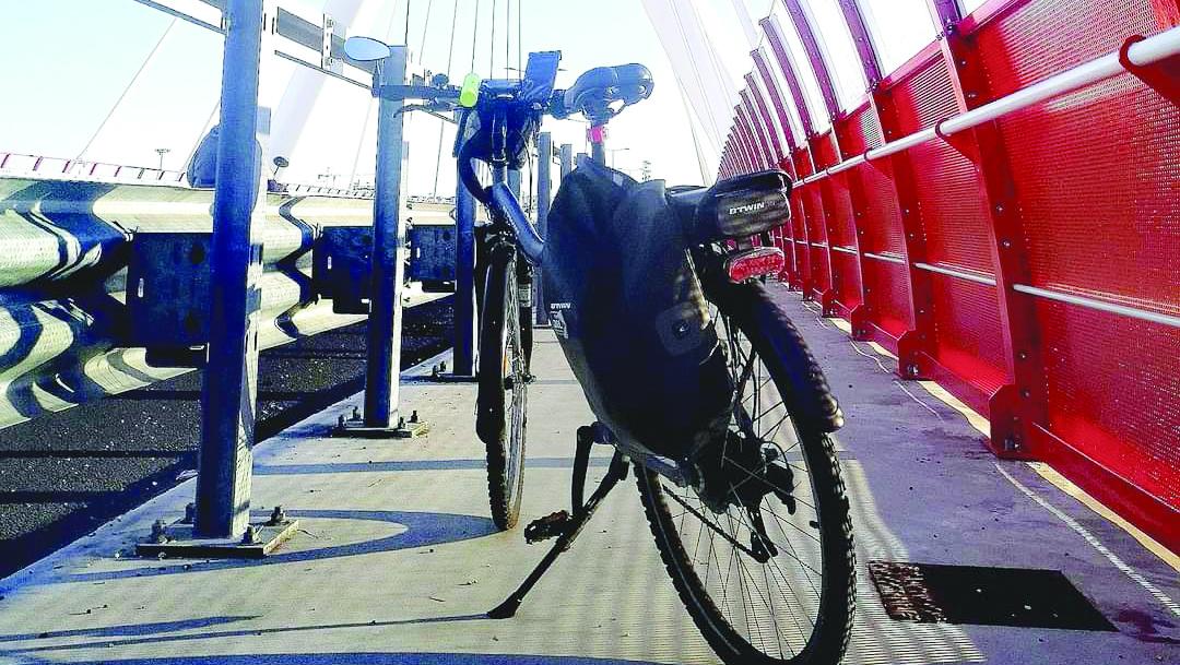 Una bici ferma lungo la pista sul ponte Adriatico