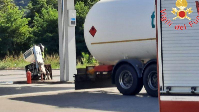 Ventimila litri di Gpl sull'asfalto, chiusa una stazione di servizio a Pizzo e operazione recupero in corso