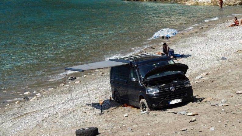 Si avvicina troppo col furgone al mare e resta bloccato sulla spiaggia: la rabbia esplode sui social