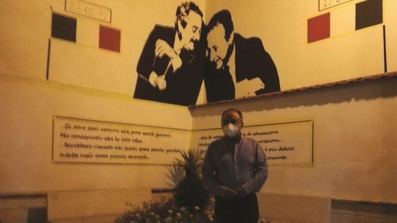 Gratteri vede il murale di Falcone e Borsellino e ferma la scorta: l'omaggio inatteso nel Vibonese