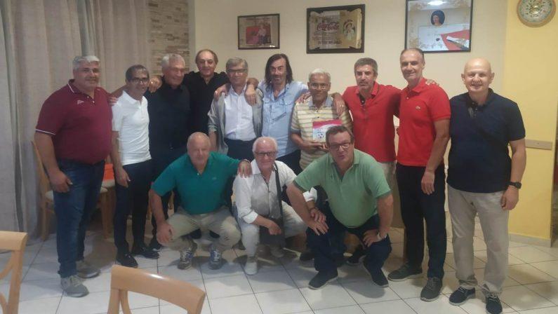 Tutti assieme attorno a mister Giancotta per ricordare la promozione del Lazzaro del 1984