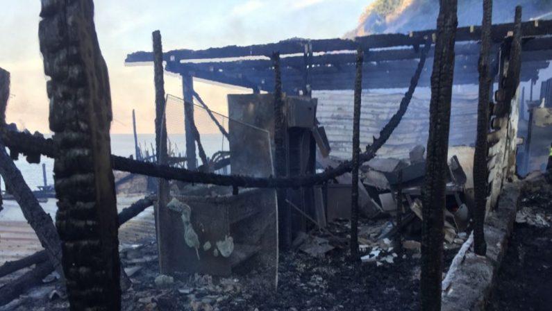 Cosenza, un incendio distrugge un lido sulla spiaggia di Acquappesa