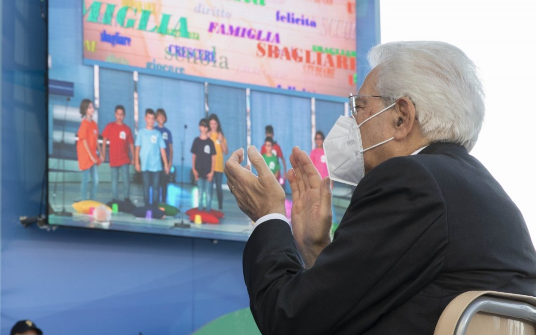 Sergio Mattarella a Pizzo applaude gli studenti