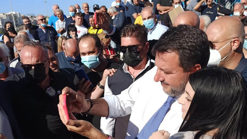 Matteo Salvini a Cirò Marina diviso tra bagni di folla e contestazioni