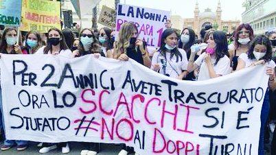 """Bari, tremila studenti in corteo per dire """"no"""" ai doppi turni"""