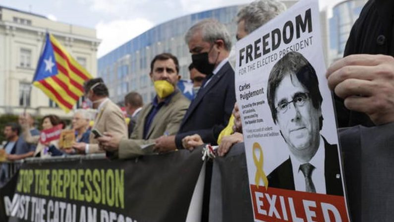 Libero l'ex leader della Catalogna, il caso Puigdemont scuote l'Europa