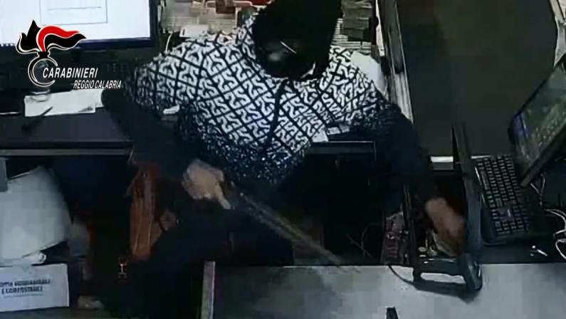 Rapina un supermercato con un fucile giocattolo, arrestato nel Reggino - VIDEO