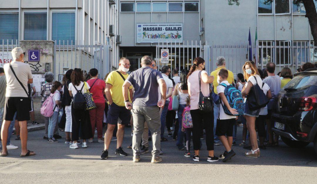 L'ingresso in una scuola di Bari