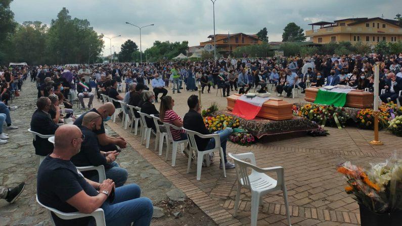 Vigilanti morti nel Catanzarese, in tanti ai funerali. Il sacerdote: «Sosteniamo le famiglie»