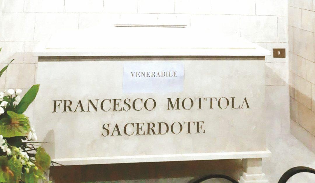 L'urna contenente le spoglie di don Mottola