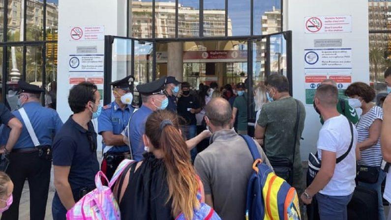 Bari, solo una decina di manifestanti contro il Green pass davanti alla stazione