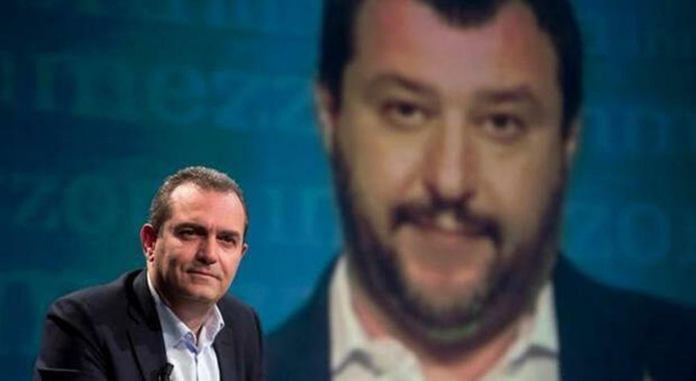 Luigi de Magistris, sullo sfondo Matteo Salvini