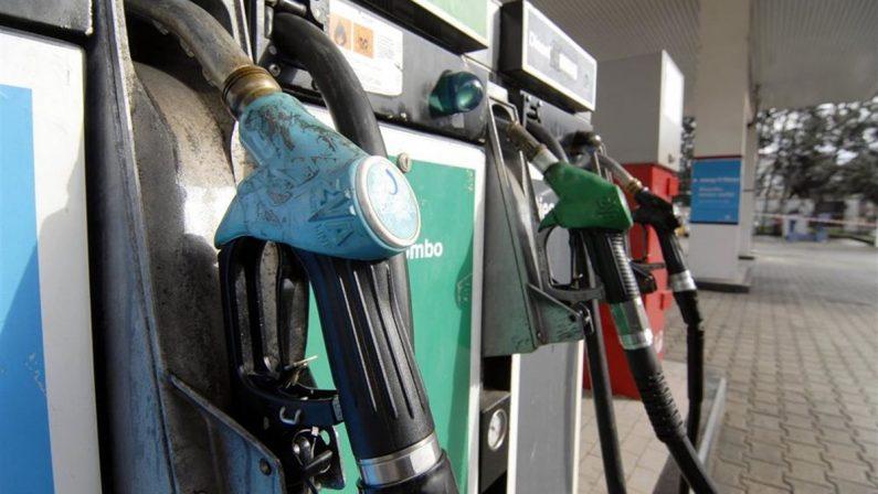Si ferma a fare benzina, infermiera rapinata dell'auto nel Vibonese