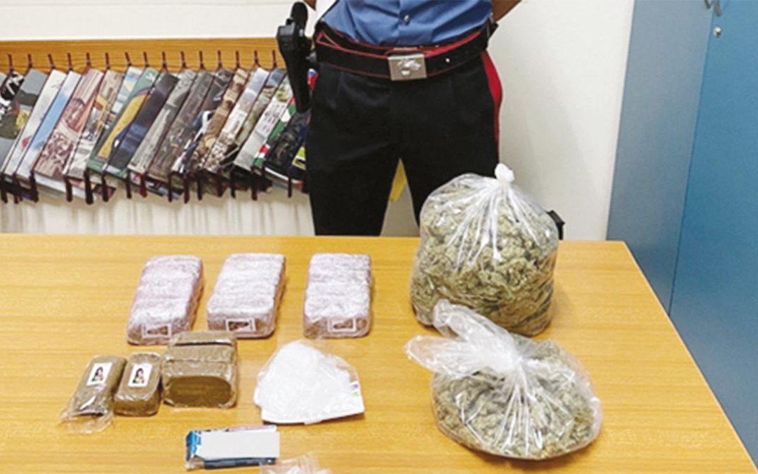 La droga recuperata dai carabinieri in un tombino a Bari vecchia