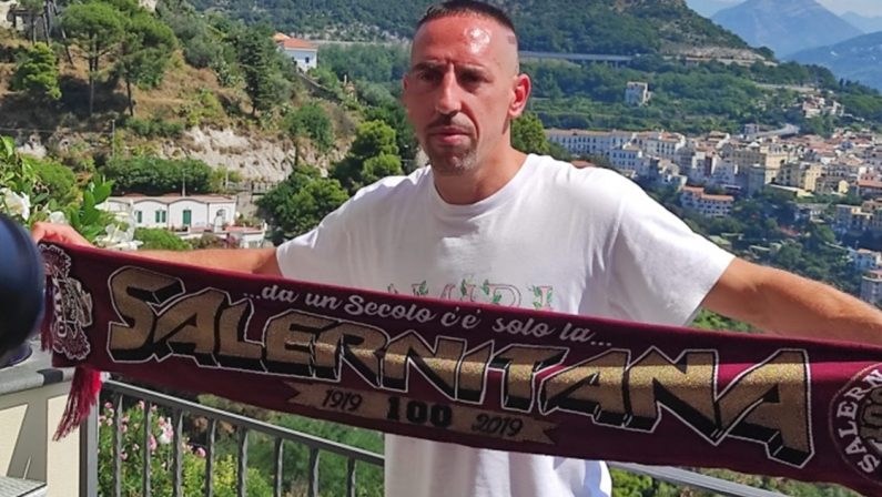 A Salerno è già Ribery-mania: tifosi in delirio e magliette contraffatte