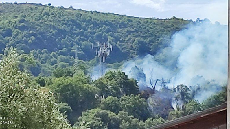 Vasto incendio a Vibo Marina nei pressi di un ripetitore telefonico