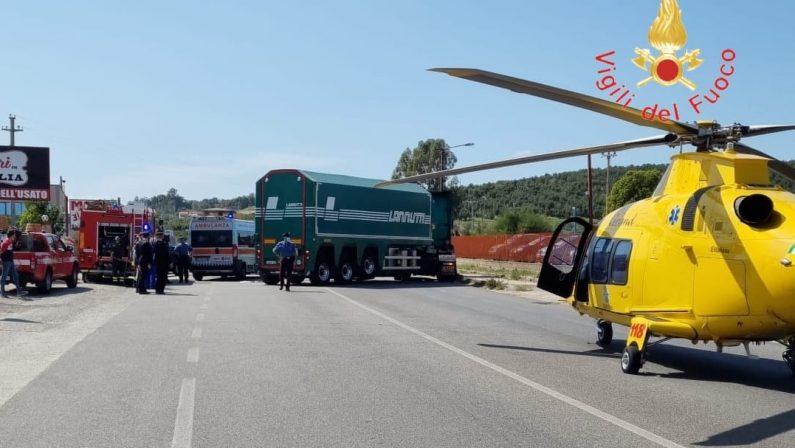 Incidente sulla statale 106 nel Catanzarese, grave motociclista dopo lo scontro con un autoarticolato