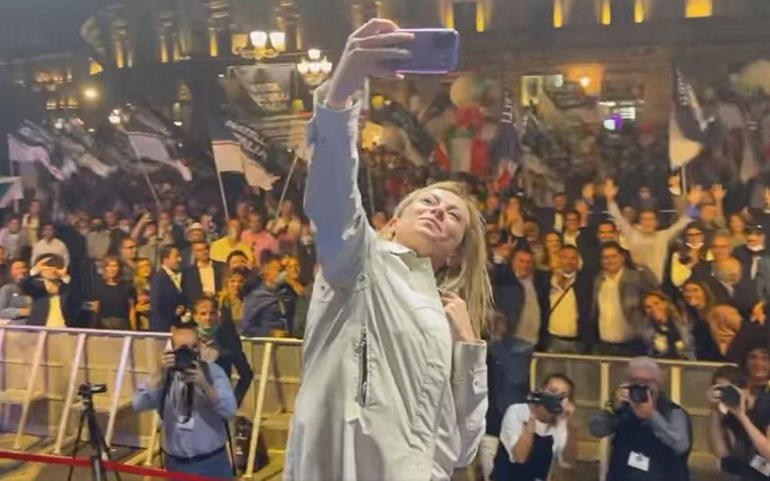 Giorgia Meloni scatta un selfie con il pubblico di Catanzaro