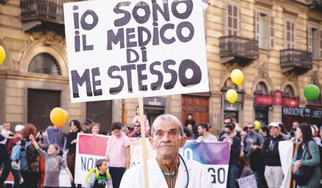 Un manifestante No vax