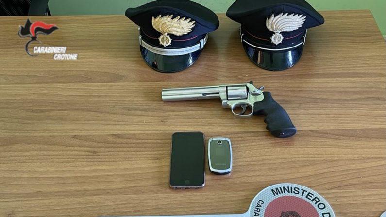 Cirò Marina: denuncia il compagno e le trovano una pistola a casa, arrestata