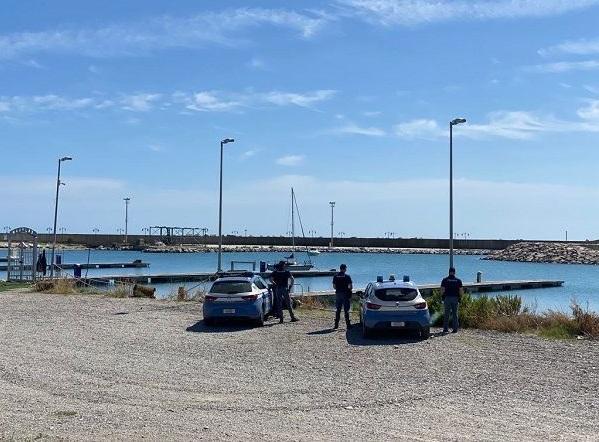 La polizia nell'area del porto interessata dalle indagini