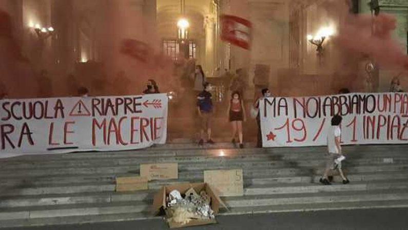 Studenti protestano davanti al Ministero: «Ci hanno lasciato una scuola in macerie»
