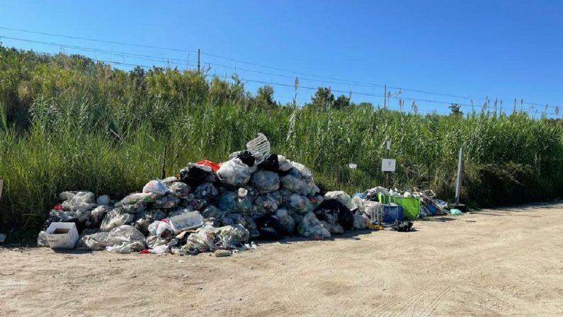 Briatico, cumuli di rifiuti a ridosso della spiaggia