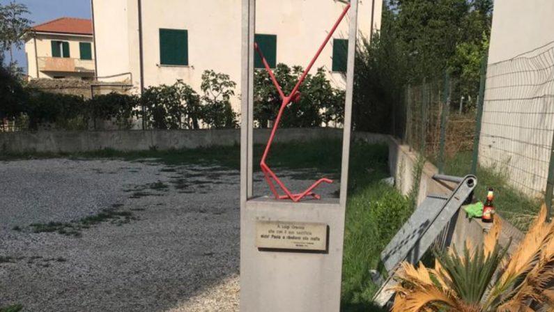 A Paola rimossa la statua antimafia di Luigi Gravina nonostante le promesse del sindaco