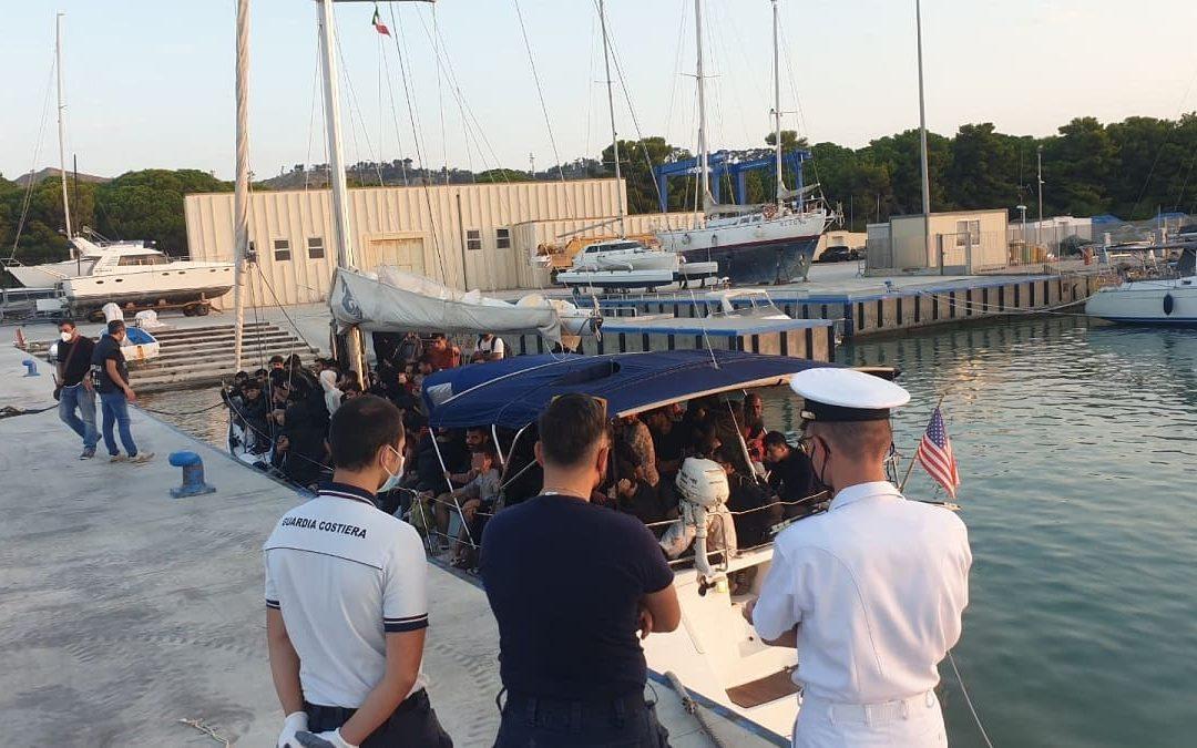 Uno sbarco di migranti nel porto di Roccella Ionica