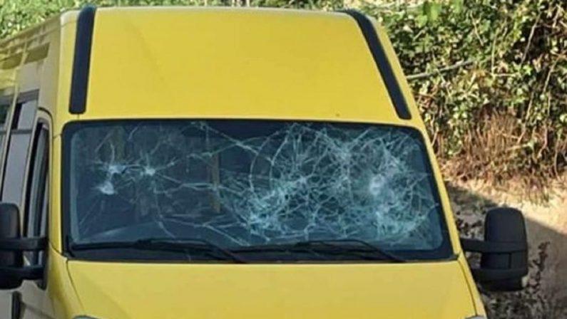 Scilla, genitori riparano lo scuolabus distrutto dai vandali