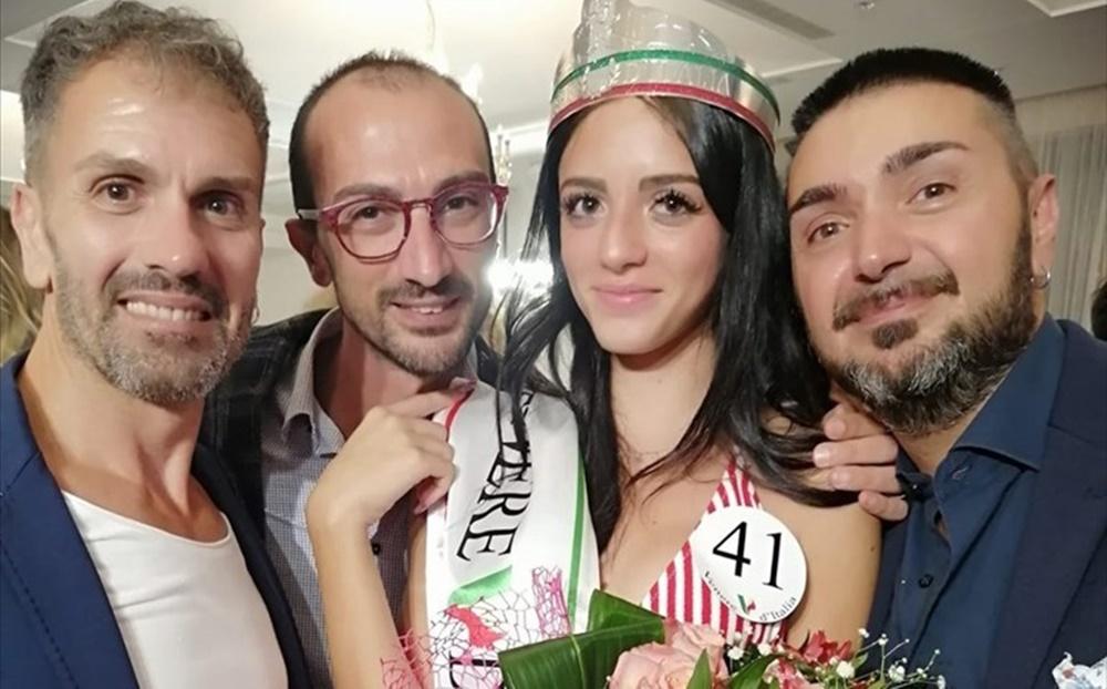 La vincitrice con i promotori dell'evento