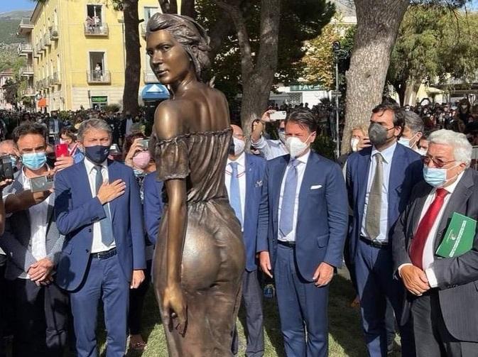 La Spigolatrice di Sapri troppo sensuale: la statua scatena le polemiche