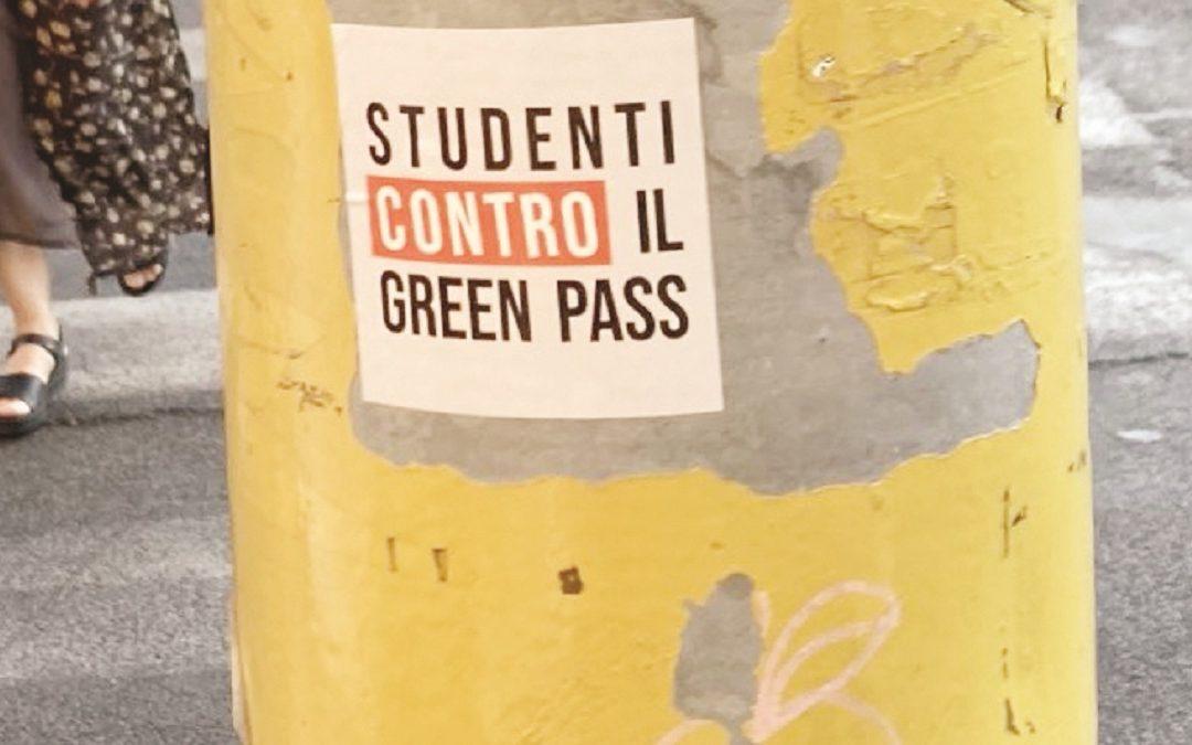 Un adesivo degli studenti contro il Green pass