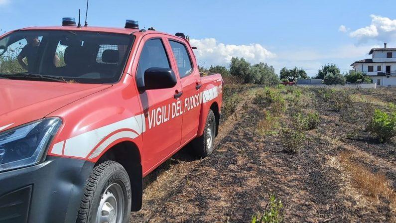 Riverso a terra a pochi metri dalle fiamme, 93enne soccorso dai Vigili del fuoco nel Vibonese