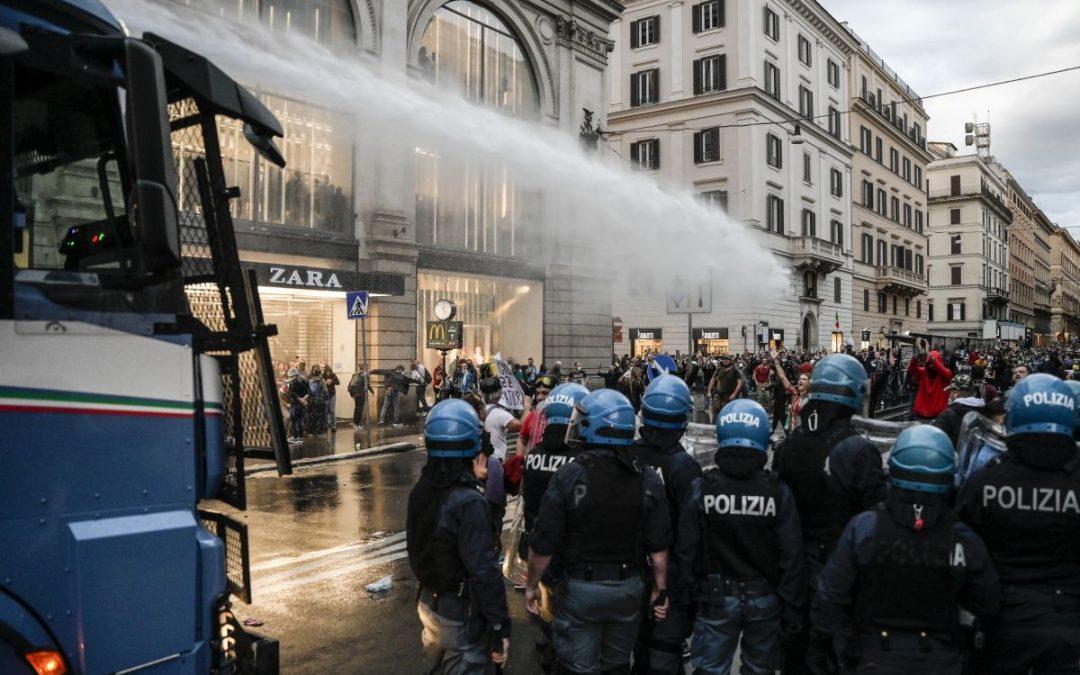 Gli scontri di Roma tra No pass e Polizia