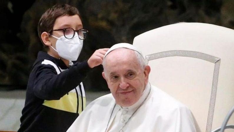 Il Papa conquistato da Paolo, l'11enne di S. Ferdinando di Puglia salito sul palco
