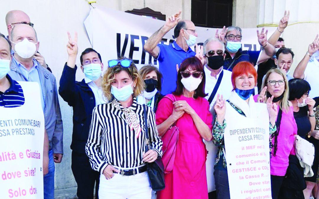 Una delle proteste dei dipendenti comunali che hanno versato soldi alla Cassa Prestanza