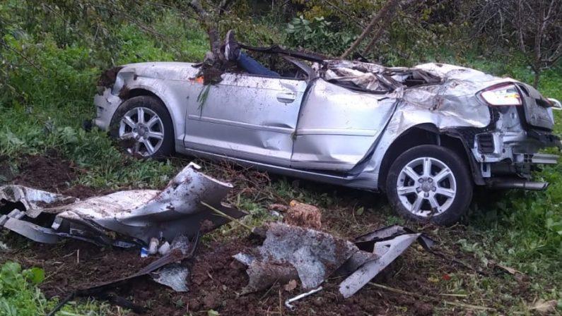 Incidente stradale nel Reggino, auto precipita in una scarpata: morto un uomo