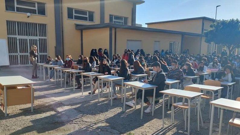 Trovate le aule pergli studenti di Locri che avevano fatto lezione in cortile