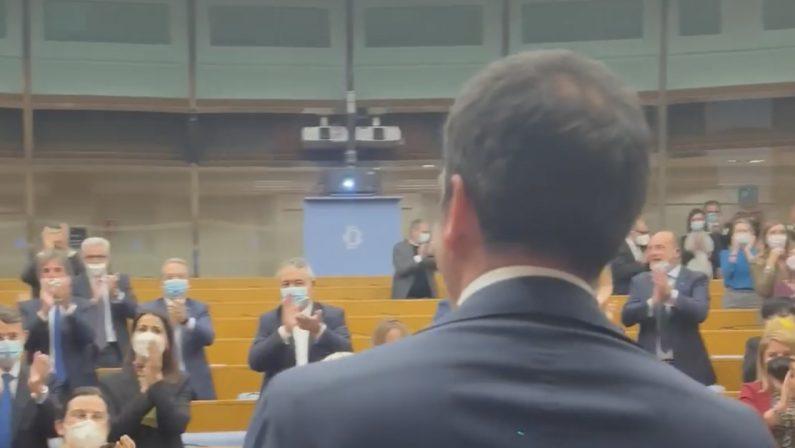 Occhiuto salutato dagli applausi dei deputati di Forza Italia