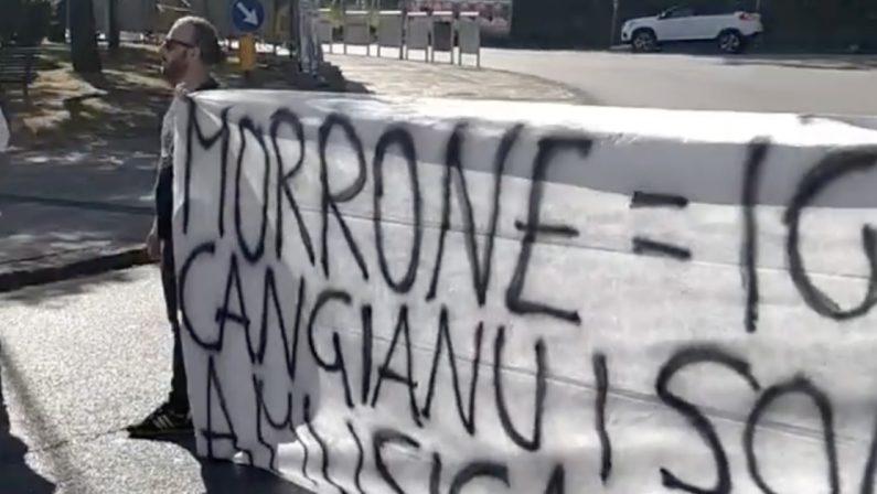 I lavoratori delle cliniche private bloccano l'ingresso dell'autostrada a Cosenza
