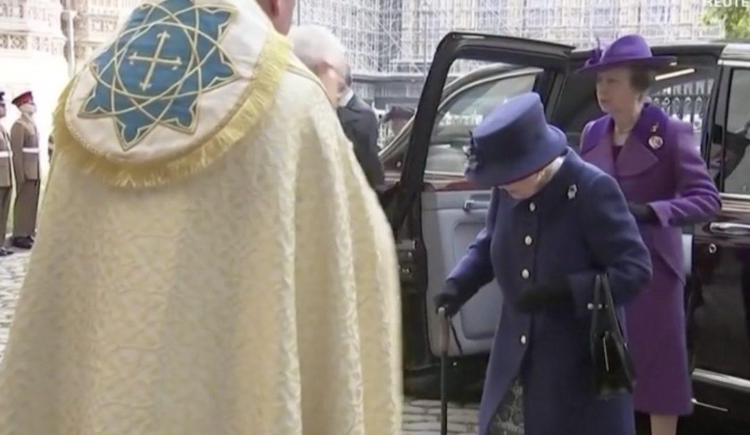 La regina Elisabetta II col bastone