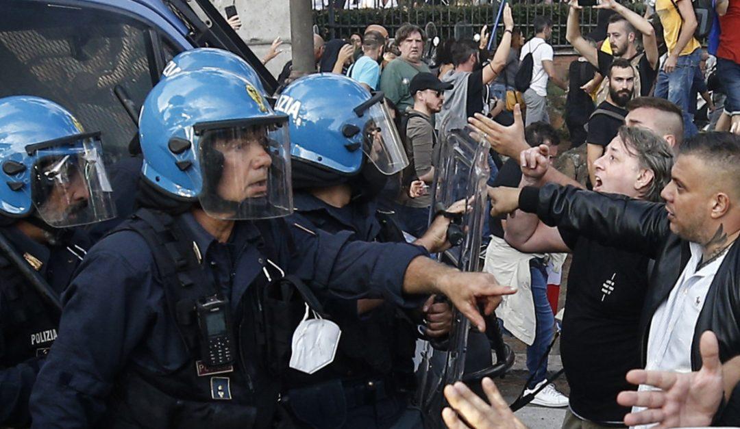 """Gli scontri tra la Polizia e i """"no green pass"""" a Roma"""