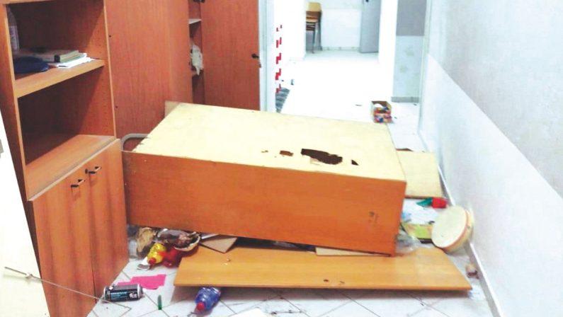 Vandali in azione a scuola a Corigliano Rossano, colti sul fatto dai carabinieri