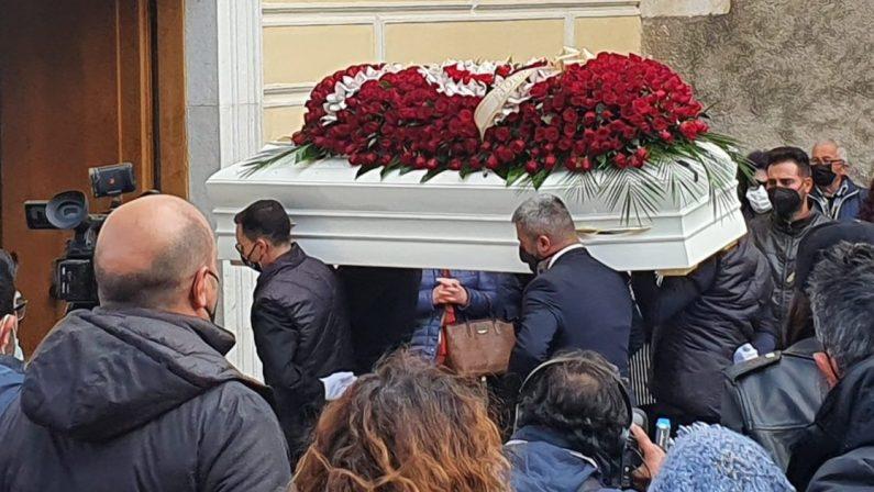 VIDEO - Morte di Dora Lagreca, palloncini e rose bianche all'uscita del feretro dalla chiesa