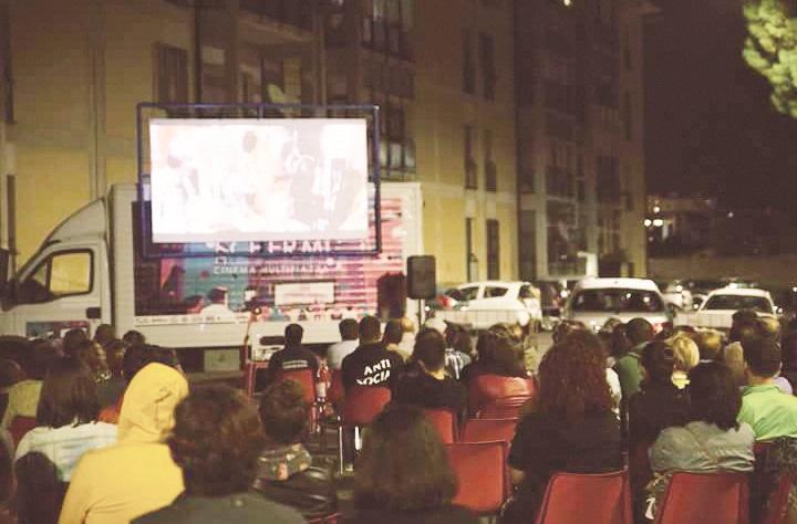 Tutti nelle piazze a guardare un film: il cinema itinerante di Catanzaro